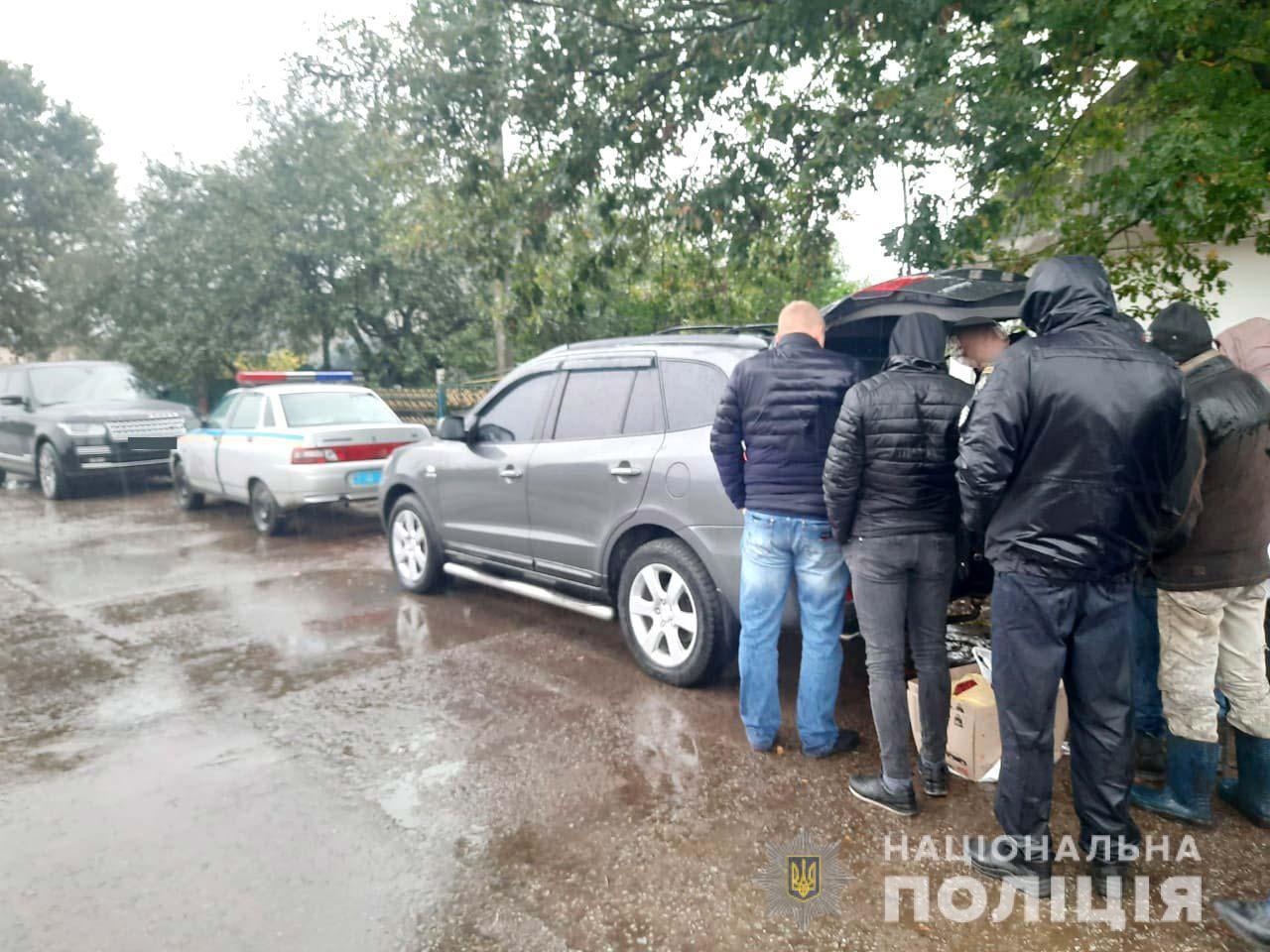 На Рівненщіні зупинили автівку з бурштином (ФОТО)