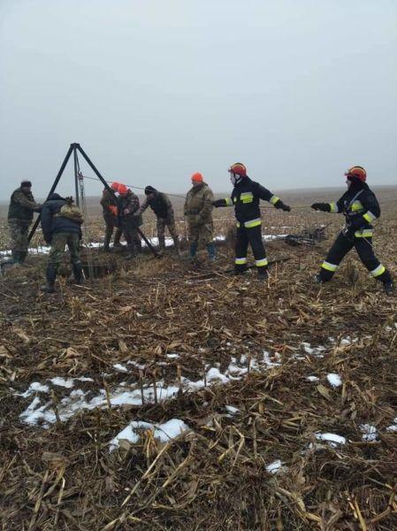 У Рівненському районі рятувальники дісталі собаку з колодязя (ФОТО)