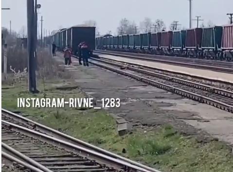 Трагедія у Рокитному: поїзд на смерть збив людину (ВІДЕО)