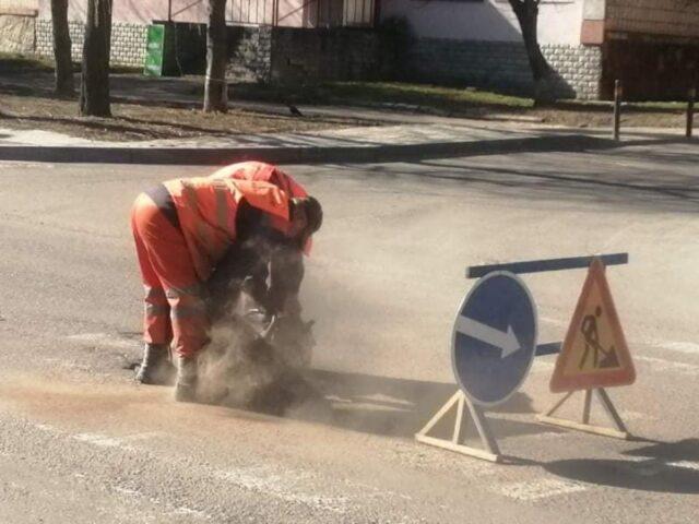 У Рівному трівають Поточні та капітальні ремонти доріг